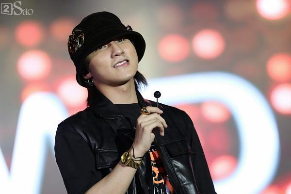Sơn Tùng M-TP vừa ăn kẹo mút vừa hát, bất ngờ xuống sân khấu phát kẹo cho từng fan-3