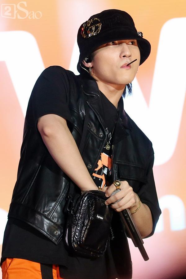 Sơn Tùng M-TP vừa ăn kẹo mút vừa hát, bất ngờ xuống sân khấu phát kẹo cho từng fan-5