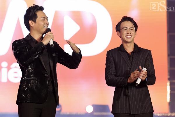 Sơn Tùng M-TP vừa ăn kẹo mút vừa hát, bất ngờ xuống sân khấu phát kẹo cho từng fan-18