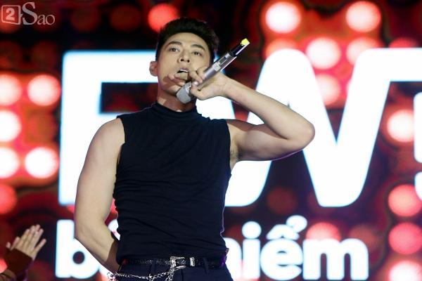 Sơn Tùng M-TP vừa ăn kẹo mút vừa hát, bất ngờ xuống sân khấu phát kẹo cho từng fan-13