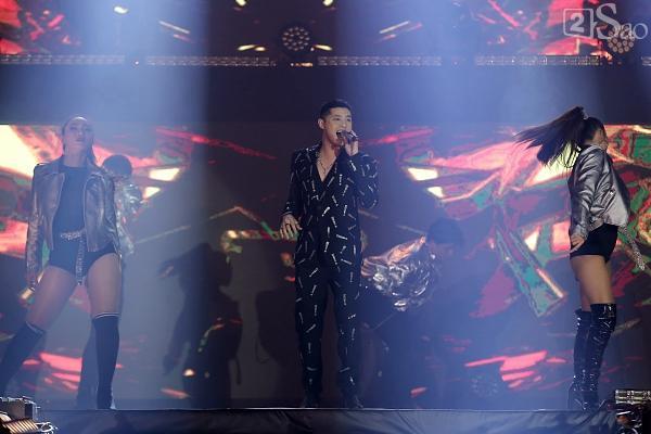 Sơn Tùng M-TP vừa ăn kẹo mút vừa hát, bất ngờ xuống sân khấu phát kẹo cho từng fan-10