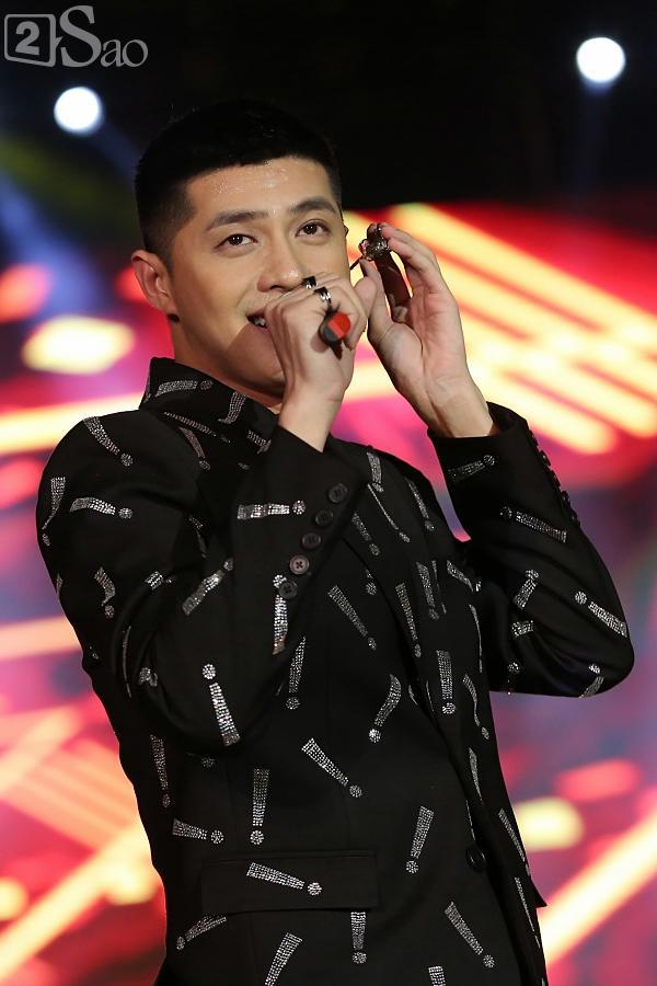 Sơn Tùng M-TP vừa ăn kẹo mút vừa hát, bất ngờ xuống sân khấu phát kẹo cho từng fan-11
