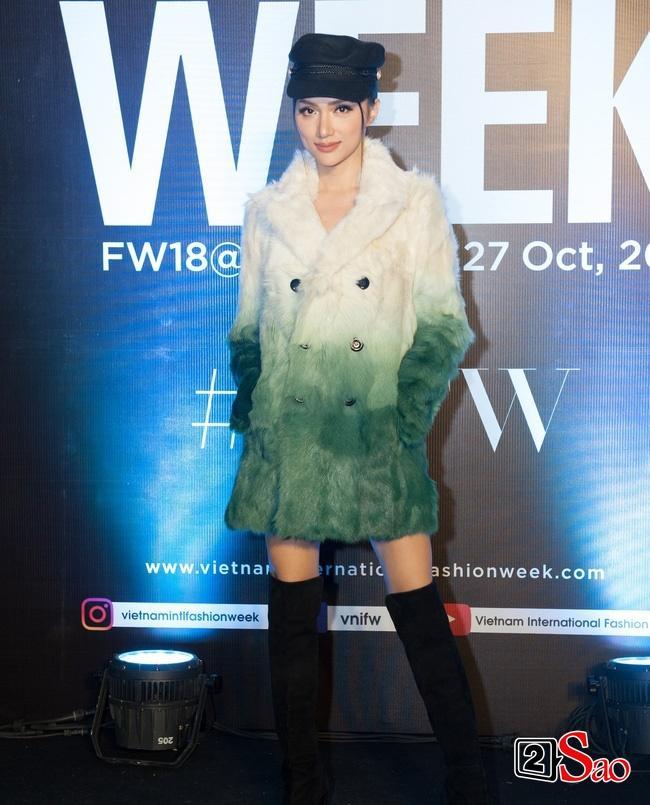 Thảm đỏ VIFW ngày cuối: Diệp Linh Châu váy xẻ hớ hênh - Hương Giang Idol làm cô bé mùa đông giữa trời thu-2