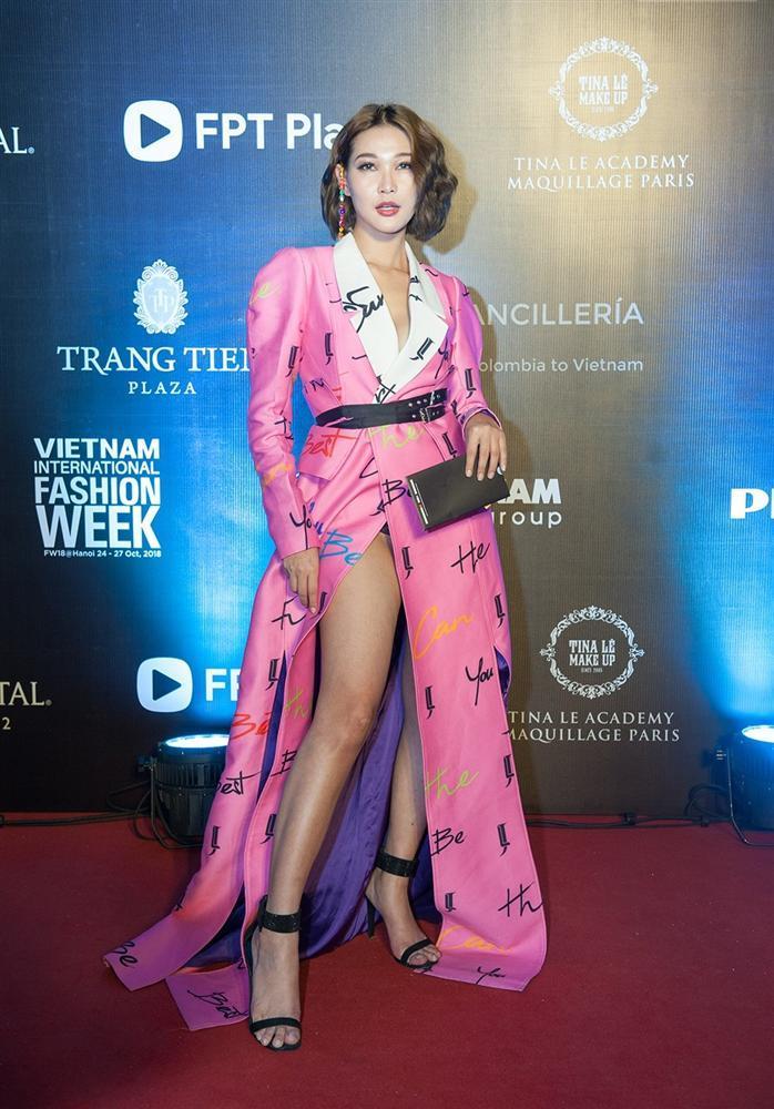 Khả Ngân gặp sự cố váy áo - Minh Tú diện trang phục cắt xẻ táo bạo đứng đầu TOP SAO MẶC XẤU tuần qua-5