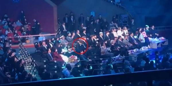 Tranh cãi mới về thái độ của Jungkook (BTS): Không thèm liếc mắt đến màn trình diễn của Red Velvet dù chỉ một lần?-1