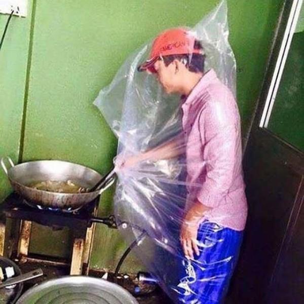 Chết cười với màn đội mũ bảo hiểm, mặc áo mưa vào bếp rán bom của anh chồng đảm nhất quả đất-2