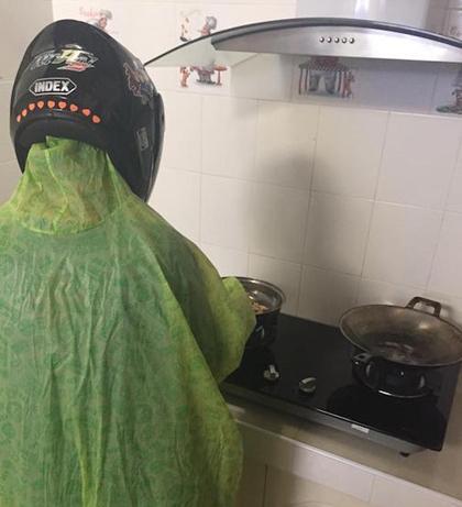 Chết cười với màn đội mũ bảo hiểm, mặc áo mưa vào bếp rán bom của anh chồng đảm nhất quả đất-5