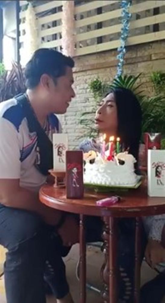 Gái già chuyển giới hot nhất Thái Lan khiến người xem cạn lời khi khoe cảnh uốn éo hôn tình trẻ trong ngày sinh nhật-1