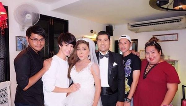 Gái già chuyển giới hot nhất Thái Lan khiến người xem cạn lời khi khoe cảnh uốn éo hôn tình trẻ trong ngày sinh nhật-6