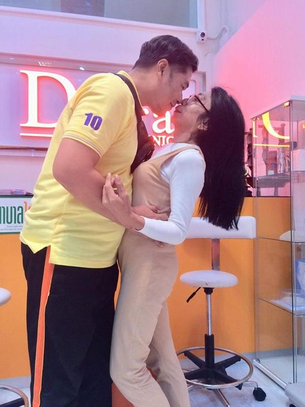 Gái già chuyển giới hot nhất Thái Lan khiến người xem cạn lời khi khoe cảnh uốn éo hôn tình trẻ trong ngày sinh nhật-8