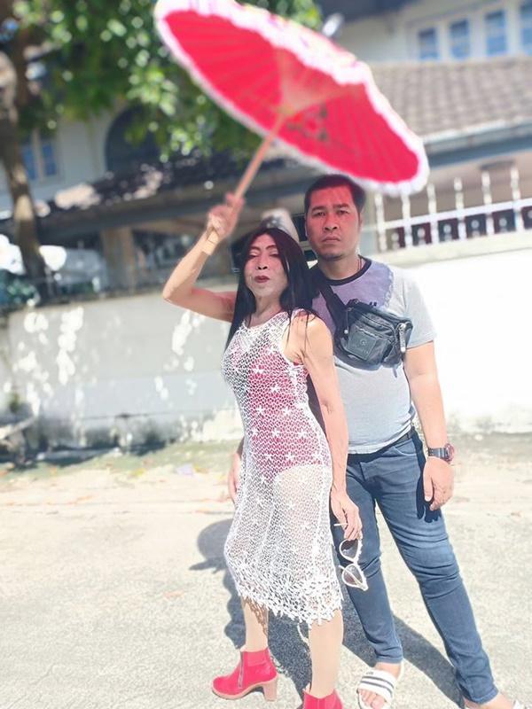 Gái già chuyển giới hot nhất Thái Lan khiến người xem cạn lời khi khoe cảnh uốn éo hôn tình trẻ trong ngày sinh nhật-11
