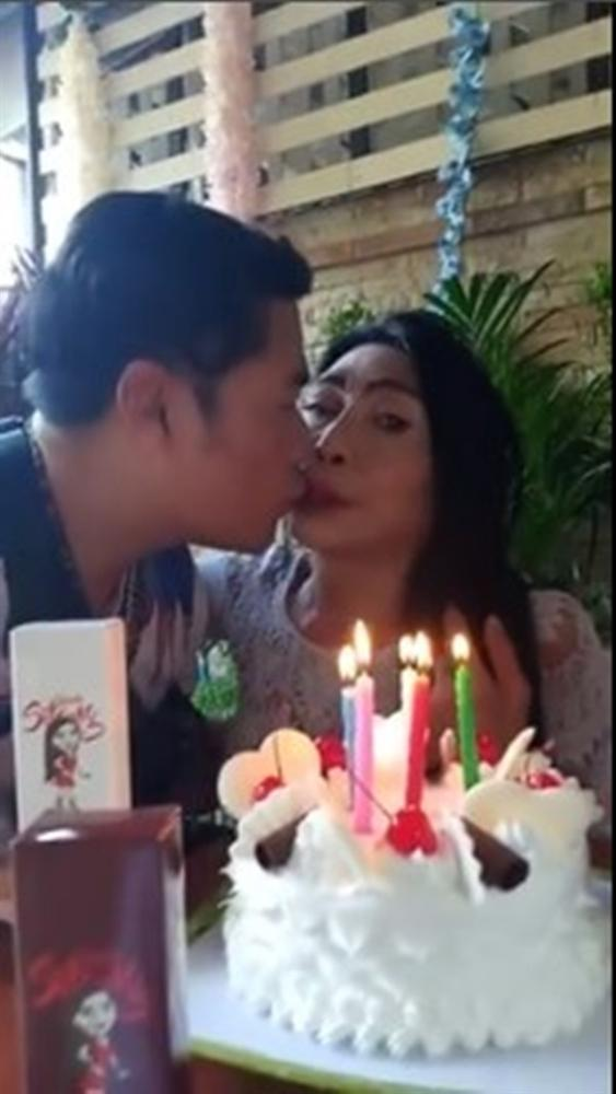Gái già chuyển giới hot nhất Thái Lan khiến người xem cạn lời khi khoe cảnh uốn éo hôn tình trẻ trong ngày sinh nhật-2