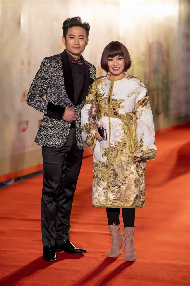Khả Ngân gặp sự cố váy áo - Minh Tú diện trang phục cắt xẻ táo bạo đứng đầu TOP SAO MẶC XẤU tuần qua-7