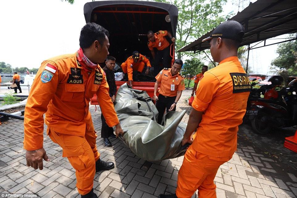 Đã vớt được 6 thi thể đầu tiên trong vụ máy bay rơi ở Indonesia-1