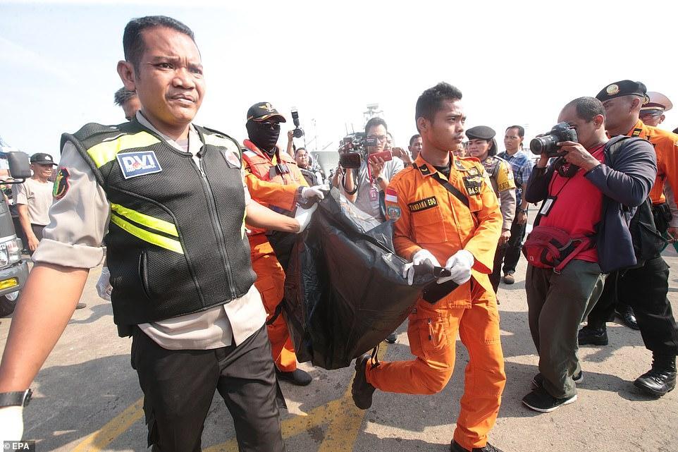 Đã vớt được 6 thi thể đầu tiên trong vụ máy bay rơi ở Indonesia-3