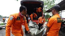 Đã vớt được 6 thi thể đầu tiên trong vụ máy bay rơi ở Indonesia
