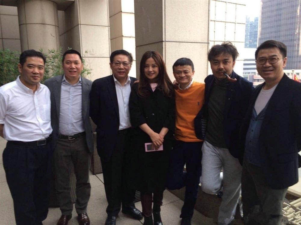 Cuộc đời lập nghiệp từ tay trắng của chồng tỷ phú Triệu Vy và những hố đen bê bối sản nghiệp kinh doanh-4