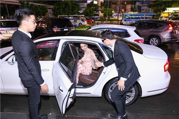 Đọ thần thái của các mỹ nhân Việt chỉ trong vài giây ngắn ngủi khi bước xuống từ xe tiền tỷ-1