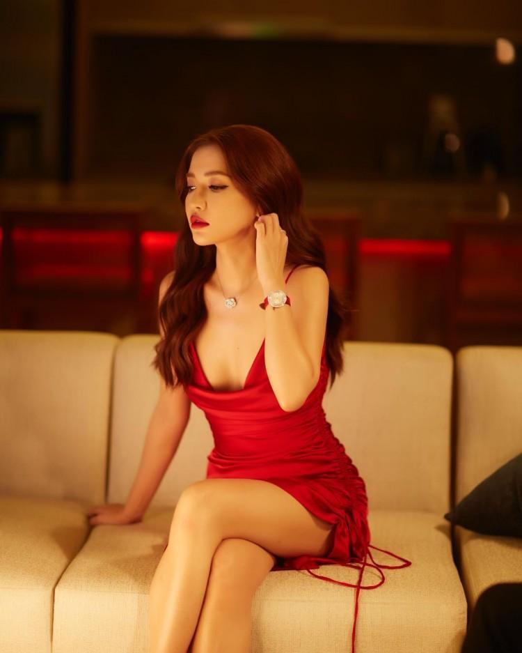 Đẹp thì có đẹp nhưng gương mặt Bích Phương đang bị nhiều người gọi là bản sao Minh Tú và Angelina Jolie-1