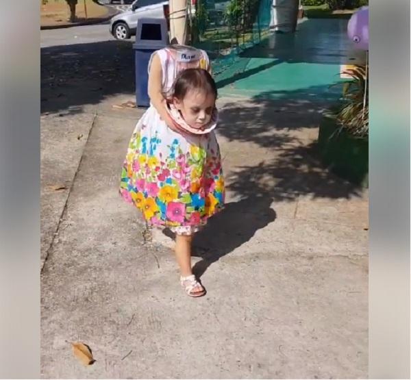 Bé gái 2 tuổi Philippines nổi tiếng khắp thế giới vì màn cầm đầu đi xin kẹo Halloween-1