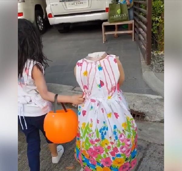 Bé gái 2 tuổi Philippines nổi tiếng khắp thế giới vì màn cầm đầu đi xin kẹo Halloween-2