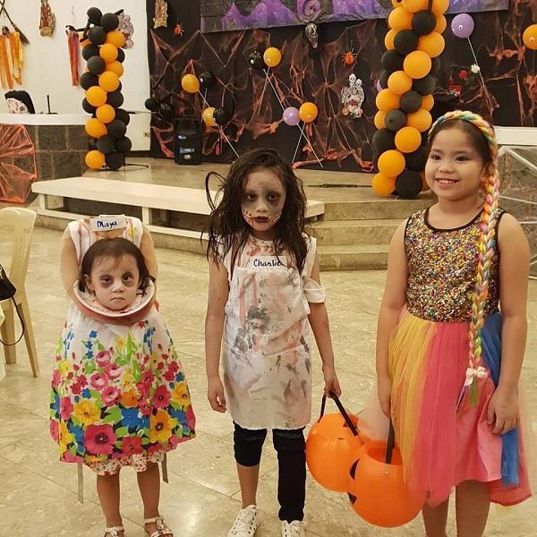Bé gái 2 tuổi Philippines nổi tiếng khắp thế giới vì màn cầm đầu đi xin kẹo Halloween-4
