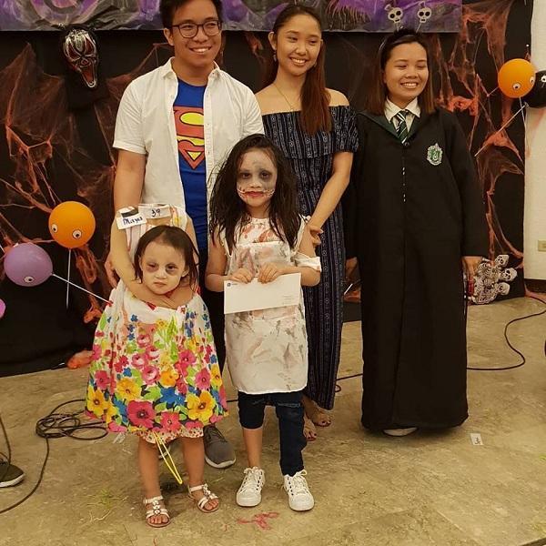Bé gái 2 tuổi Philippines nổi tiếng khắp thế giới vì màn cầm đầu đi xin kẹo Halloween-7