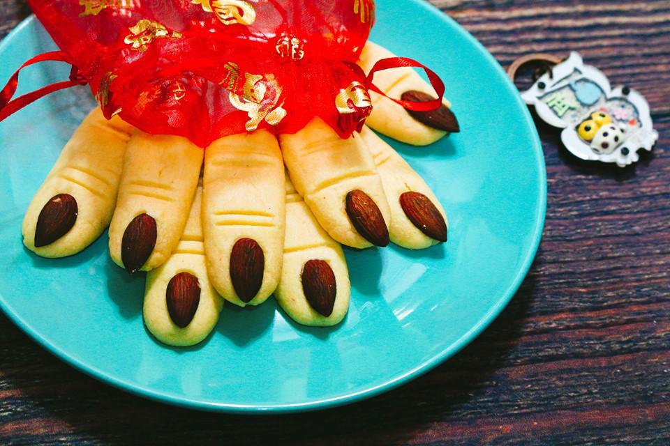 Cách làm bánh quy ngón tay phù thủy cho lễ hội Halloween-6