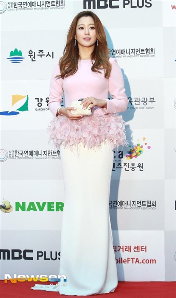 Là biểu tượng nhan sắc nhưng Kim Hee Sun nhiều lần mắc lỗi trang phục xấu không đỡ nổi-7