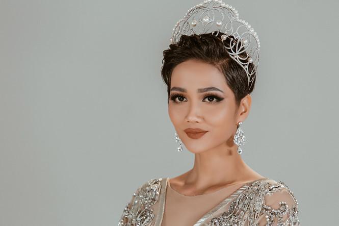 HHen Niê xuất hiện rạng ngời trên trang chủ Miss Universe với mái tóc tém không thể lẫn với ai-4