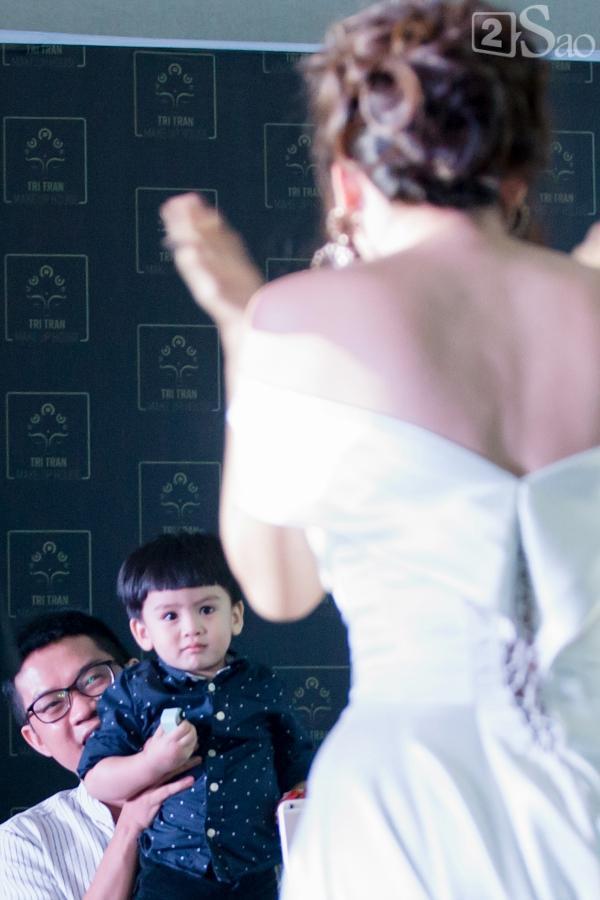 Dù mặc váy cưới nhưng Ngọc Lan và Dương Cẩm Lynh ngồi bệt xuống đất chơi cùng con trai-5