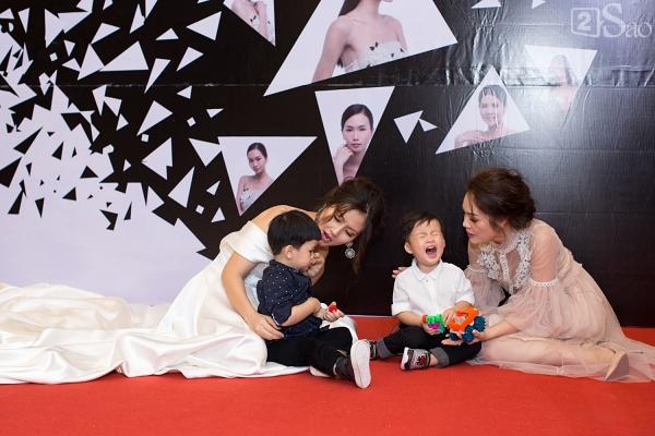 Dù mặc váy cưới nhưng Ngọc Lan và Dương Cẩm Lynh ngồi bệt xuống đất chơi cùng con trai-8