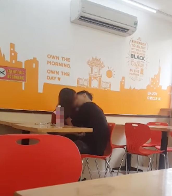 Tiếp tục lan truyền clip đôi nam nữ vô tư diễn cảnh nóng tại ban công quán trà sữa ở Hà Nội-4