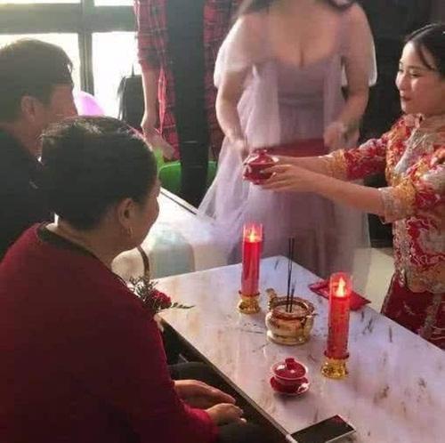 Phù dâu ngực khủng khiến cô dâu bị chìm nghỉm trong lễ cưới-3