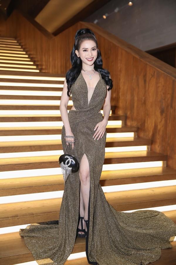 Thanh Hằng, Võ Hoàng Yến, Bảo Anh và dàn mỹ nhân Việt trưng diện váy áo khoe vòng một gợi cảm-12