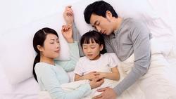 Cho con ngủ chung, bà mẹ phát ngượng khi đang cao trào thì nghe tiếng hét: 'Bố! Xuống khỏi người mẹ ngay'