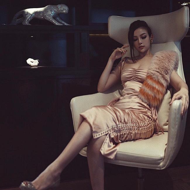 Một chiếc váy 4 số phận: Ngô Cẩn Ngôn - Địch Lệ Nhiệt Ba - Ngọc Trinh đều xách dép cho một bà mẹ bỉm sữa-5