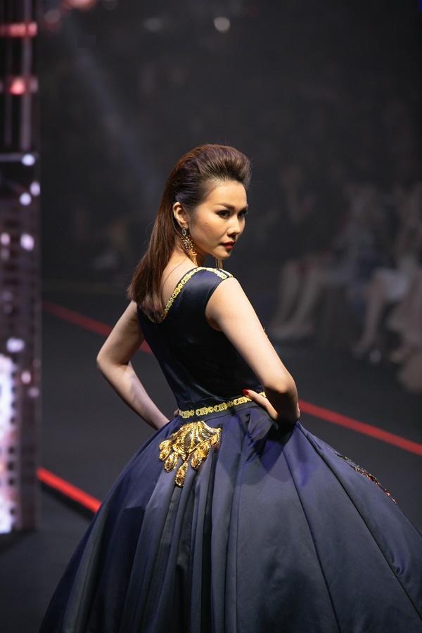 Thanh Hằng mặc váy đính đầy vàng vẫn catwalk thần thái đỉnh cao-3