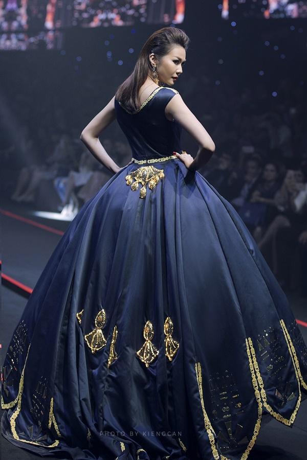 Thanh Hằng mặc váy đính đầy vàng vẫn catwalk thần thái đỉnh cao-4