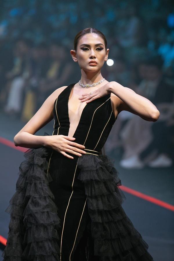 Thanh Hằng mặc váy đính đầy vàng vẫn catwalk thần thái đỉnh cao-8