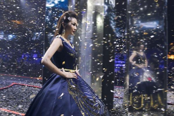 Thanh Hằng mặc váy đính đầy vàng vẫn catwalk thần thái đỉnh cao-6