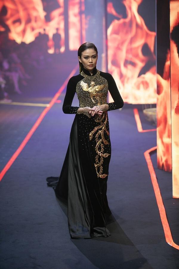 Thanh Hằng mặc váy đính đầy vàng vẫn catwalk thần thái đỉnh cao-9