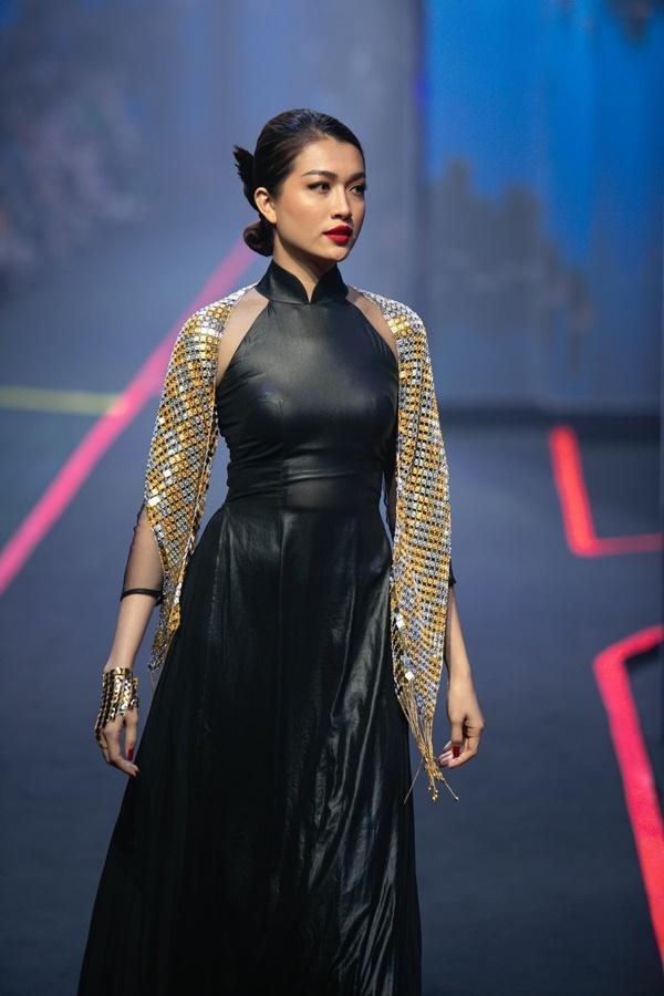 Thanh Hằng mặc váy đính đầy vàng vẫn catwalk thần thái đỉnh cao-10