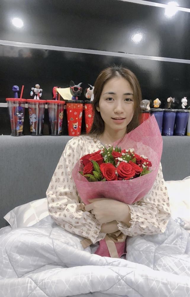 Sau 3 ngày phẫu thuật dạ dày, Hòa Minzy xuất hiện nhợt nhạt trong hình ảnh được bạn trai đăng tải-1