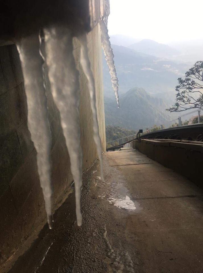 Đỉnh nóc nhà Đông Dương phủ đầy băng tuyết-5