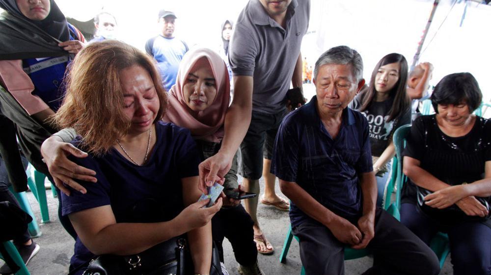 Vụ máy bay Lion Air rơi - người ở lại chờ đợi trong đau đớn và phẫn nộ-1