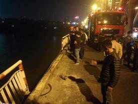 Ôtô 7 chỗ tông gãy lan can, rơi khỏi cầu Chương Dương