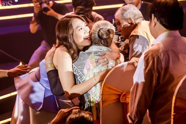 Mỹ Tâm xin phép ôm sưởi ấm khi thấy các nghệ sĩ lớn tuổi bị lạnh bởi khói sân khấu-5