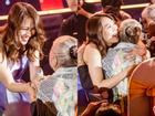 Mỹ Tâm xin phép ôm sưởi ấm khi thấy các nghệ sĩ lớn tuổi bị lạnh bởi khói sân khấu