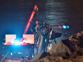 Tìm thấy 2 thi thể nạn nhân cùng chiếc Mercedes rơi xuống sông Hồng